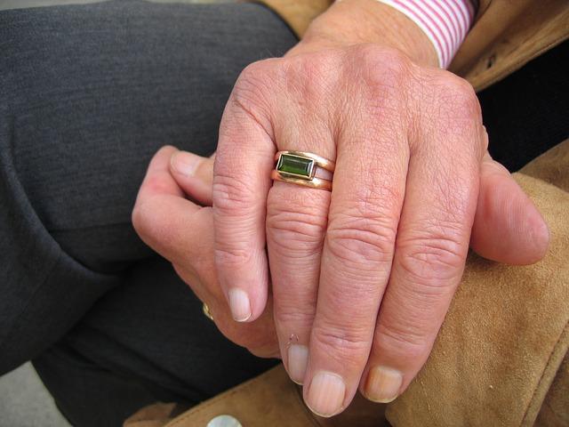 Hände von alten Menschen